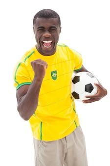 Z podnieceniem brazylijski fan piłki nożnej dopingu mienia piłka