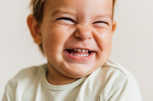 Z podnieceniem twarz mały dziecko berbeć na białym tle