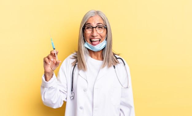 Z pogodnym, beztroskim, buntowniczym nastawieniem, żartującym i wystawiającym język, dobrze się bawiącym. koncepcja lekarza i szczepionki