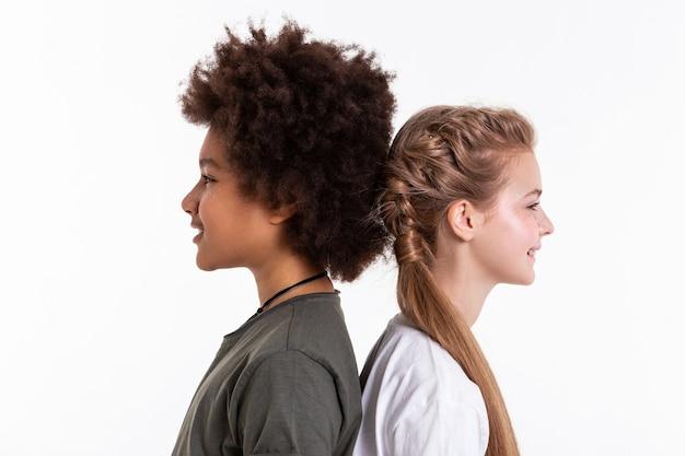 Z powrotem do tyłu. roześmiani młodzi, niezwykli przyjaciele, którzy są bardzo blisko siebie i łączą głowy