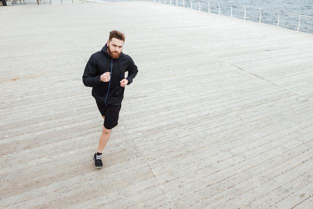 Z powyższego zdjęcia biegacza nad morzem