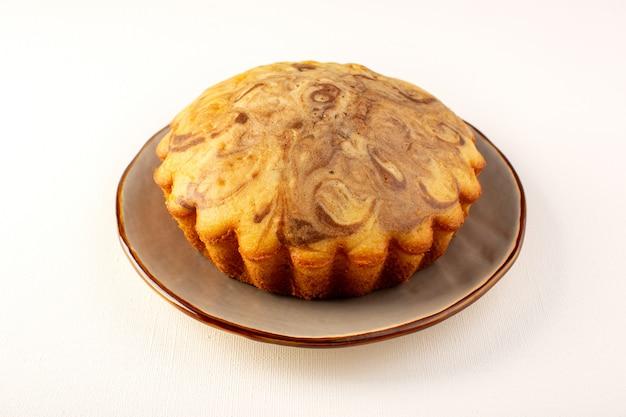 Z przodu zamknięty widok okrągły słodkie ciasto pyszne pyszne ciasto czekoladowe wewnątrz brązowego talerza na białym tle