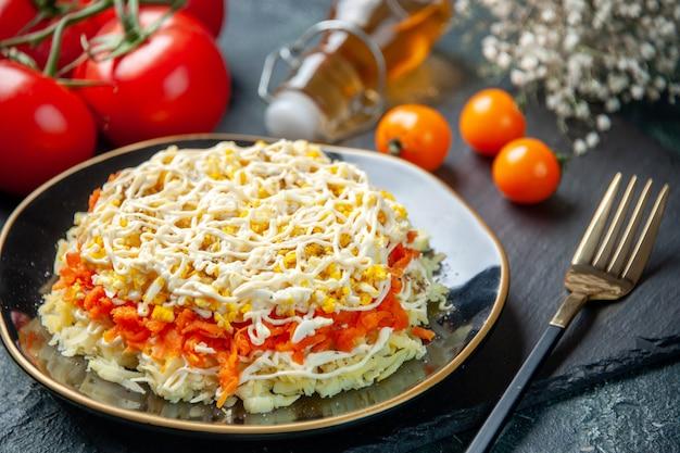 Z przodu zamknij widok smaczna sałatka z mimozy wewnątrz płyty na ciemnoniebieskiej powierzchni kuchnia zdjęcie urodziny żywności posiłek wakacyjny kuchnia mięso kolor