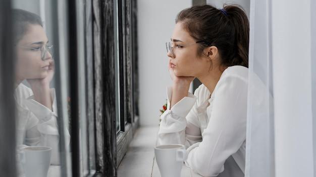 Z ukosa bizneswoman patrząc na zewnątrz