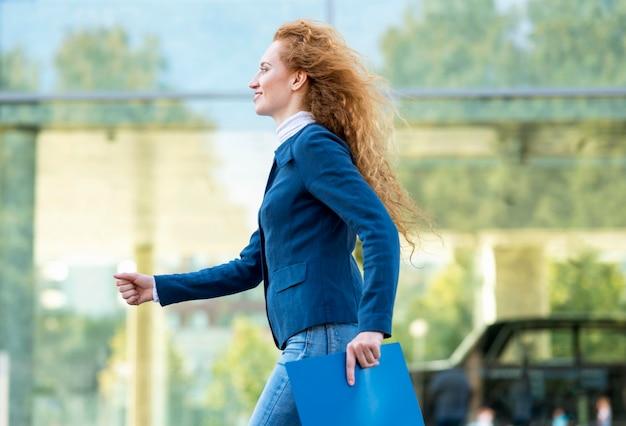 Z ukosa bizneswoman spaceru pewny siebie