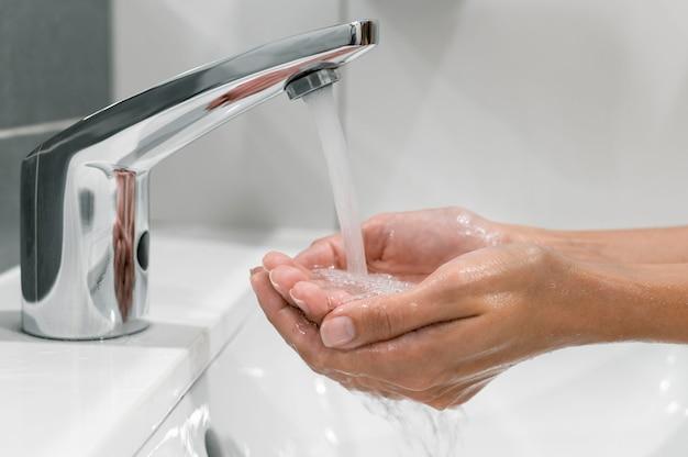 Z ukosa kobieta mycia rąk