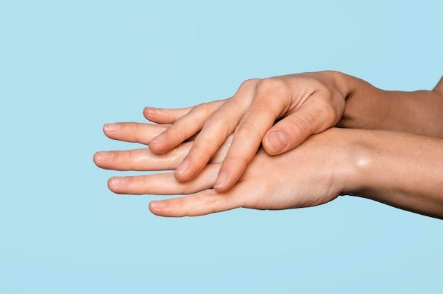Z ukosa kobieta mycie rąk na niebiesko