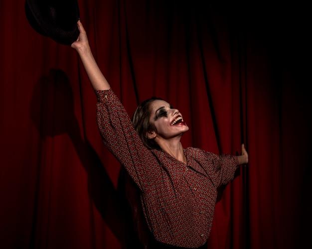 Z ukosa kobieta ubrana jak szczęśliwy klaun