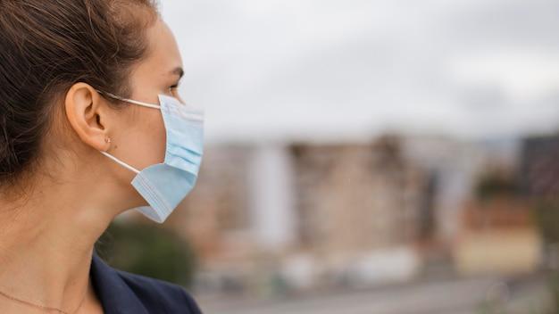 Z ukosa kobieta z maską medyczną z miejsca na kopię