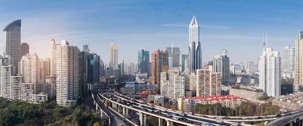 Z widokiem na rozmycie ruchu pojazdu na skrzyżowaniu szanghaju i wiaduktu wymiany
