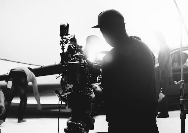 Za kamerą wideo w produkcji filmowej lub filmowej na statywie i profesjonalnym sprzęcie do strzelania