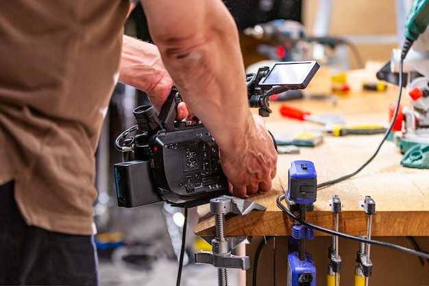 Za kulisami produkcji do nagrywania filmów z aparatów, scenografia z pracownikiem
