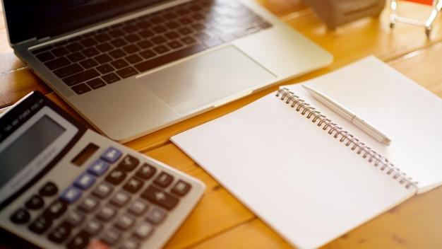 Za pomocą kalkulatora i laptopa oblicz koszt. koncepcja kalkulacji kosztów