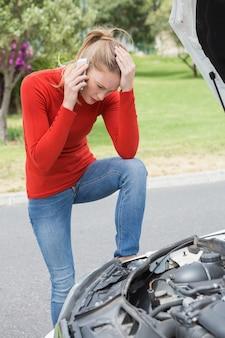 Zaakcentowana kobieta patrzeje silnika