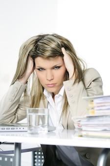 Zaakcentowana kobieta pracuje na komputerze