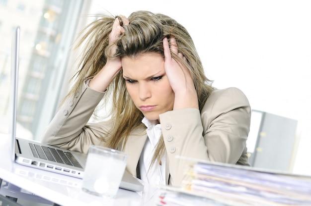 Zaakcentowana kobieta przy biurem