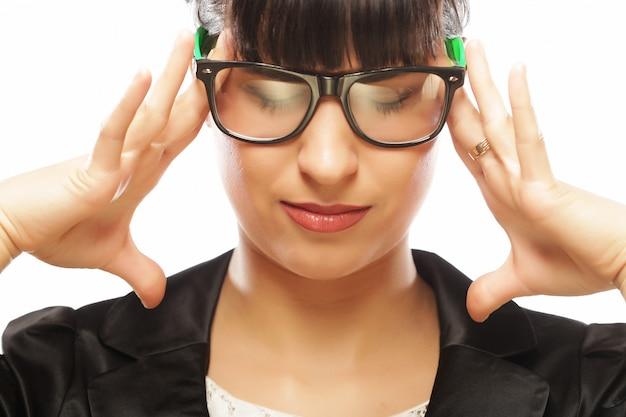 Zaakcentowany bizneswoman ma ból głowy i dotyka głowę