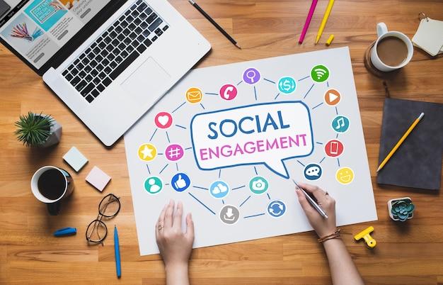 Zaangażowanie społeczne lub koncepcje marketingu online z młodą osobą pracują z cyfrowym znakiem ikony