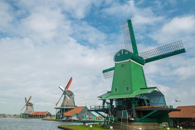 Zaanse schans wieś tradycyjny wiatrak w holandii.