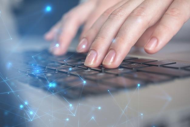 Zaawansowana koncepcja technologiczna. close-up kobieta ręka pracuje na klawiaturze laptopa. system rejestracji danych, koncepcja zarządzania dokumentami. zdjęcie z podwójną ekspozycją