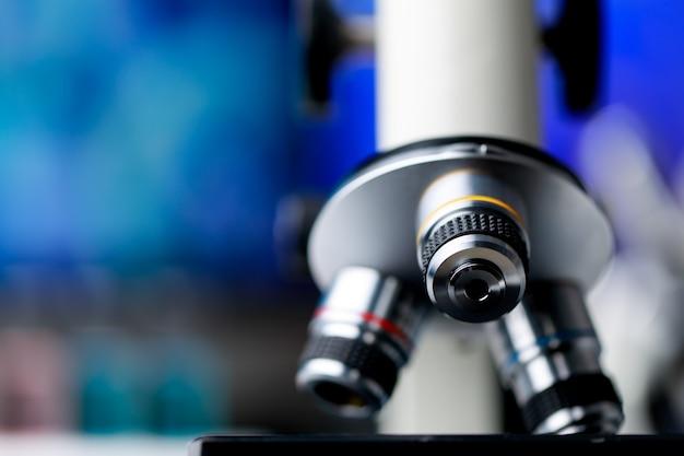 Zaawansowany technologicznie mikroskop naukowy z obiektywami do wydajnego powiększenia do obserwacji lub diagnozowania mikroorganizmów lub bakterii chorobotwórczych w badaniach biologicznych lub laboratorium chemicznym.