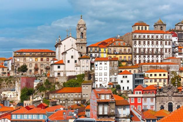 Zabawa kolorowi domy w starym miasteczku porto, portugalia