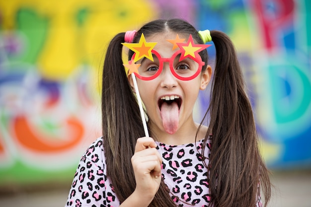Zabawa młoda dziewczyna wystaje jej język