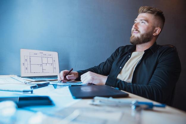 Zabawa z akcesoriami do rysowania śliczny brodaty mężczyzna budowniczy projektant lub architekt