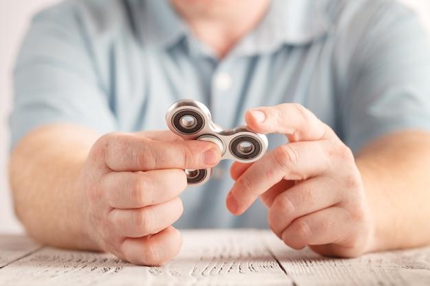 Zabawa z aluminiowym pokrętłem fidget. zabawka odprężająca