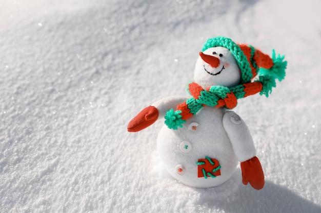 Zabawka bałwana w słoneczny mroźny dzień. ferie zimowe