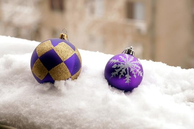 Zabawka choinkowa plastikowa kula z narysowanym płatkiem śniegu