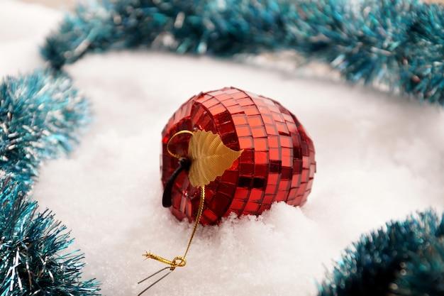 Zabawka choinkowa w postaci czerwonego jabłka ze szklanej mozaiki