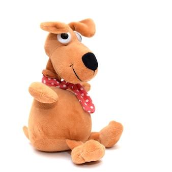 Zabawka czerwony ładny zabawny pies na białej izolowanej powierzchni