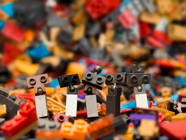 Zabawka do symulacji robota. pojęcie szczęścia rodzinnego.