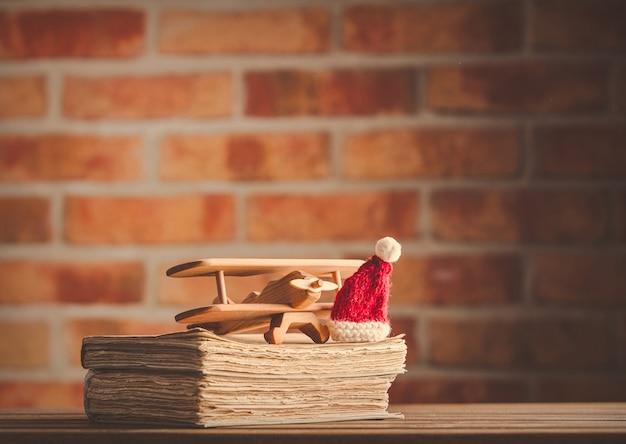 Zabawka drewniany samolot vintage i starych książek
