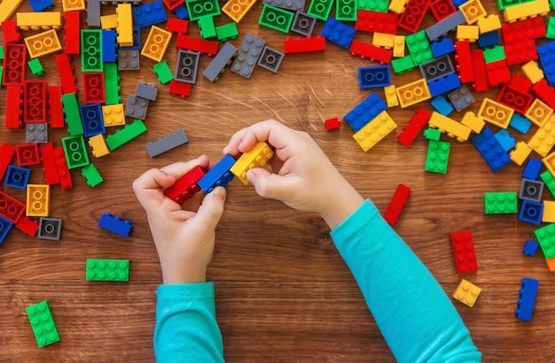 Zabawka dziecięca constructor. selektywna ostrość.