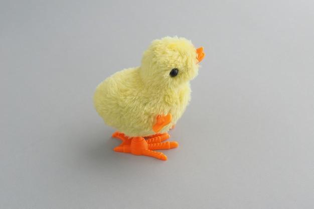 Zabawka groovy kurczak na szarym tle.