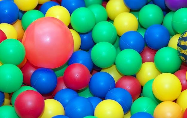 Zabawka gumowe kulki tło. piłki dla dzieci w ogrodzie dziecięcym. kolorowe kulki w tle
