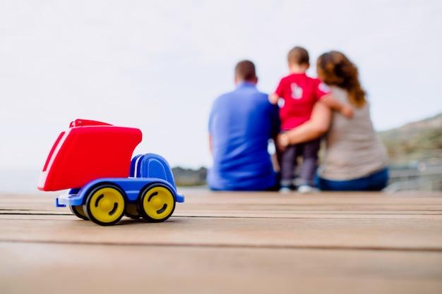 Zabawka na pierwszym planie i rodzina