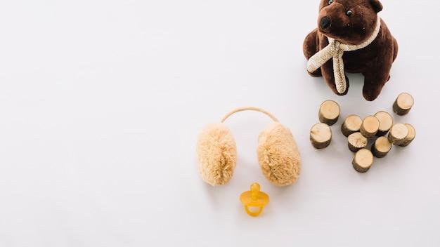 Zabawka, nauszniki i manekin