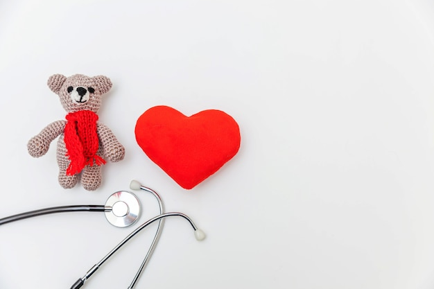 Zabawka niedźwiedź czerwone serce i stetoskop sprzęt medyczny