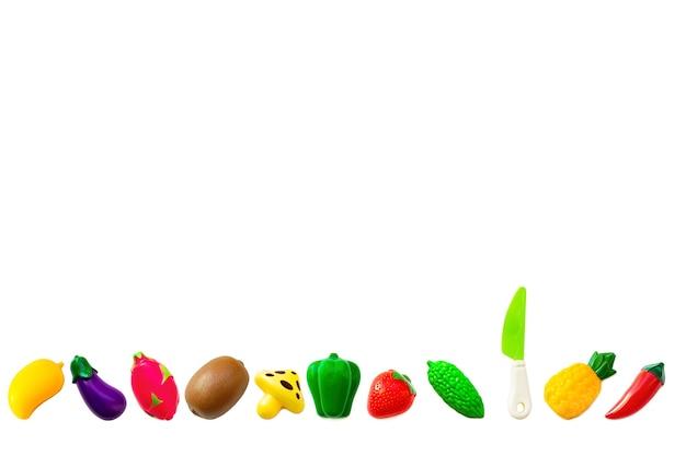 Zabawka plastikowa kolekcja owoców i warzyw zestaw na białym tle. plastikowe owoce do gry. grając w sklepie dla dzieci.