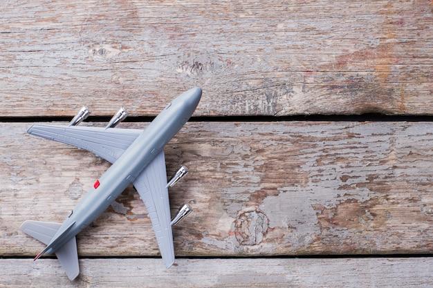Zabawka plastikowy samolot na starym stole vintage. widok z góry leżący na płasz- czu.