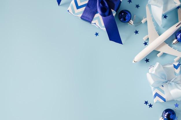 Zabawka samolotu pasażerskiego z paszportami i pudełkami prezentowymi.