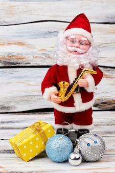 Zabawka świętego mikołaja z prezentem cristmas.