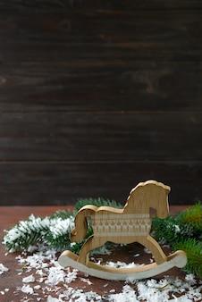 Zabawkarski drewniany kołysa jak nowy rok dekoracje z śniegu i fer tree