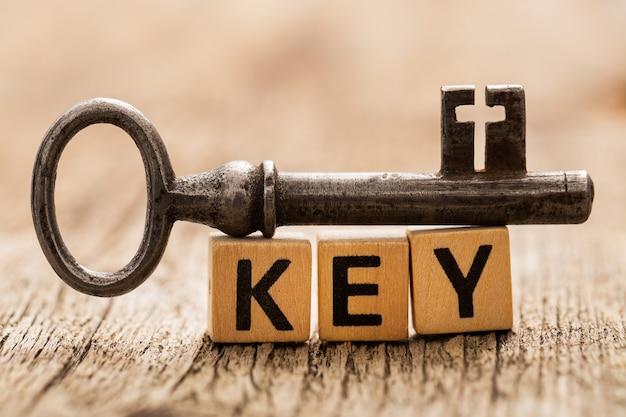 Zabawki cegły na stole z kluczem programu word