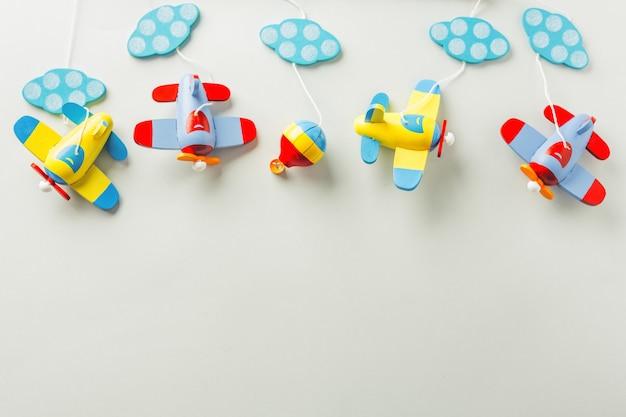 Zabawki dla niemowląt drewniany samolot leżał płasko