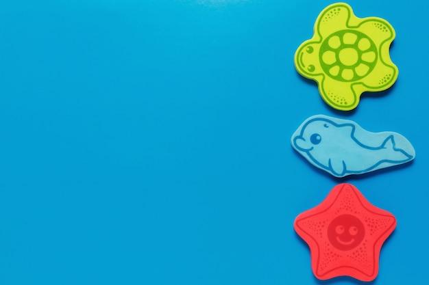 Zabawki flatlay na niebieskim tle. życie morskie. makieta projektu z miejsca kopiowania.