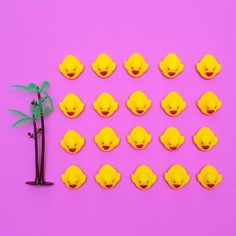 Zabawki kaczki na różowym tle. minimalna płaska sztuka kreatywna